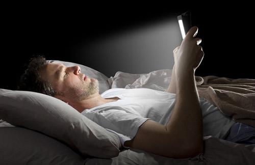 Dispositivos electronicos en la cama